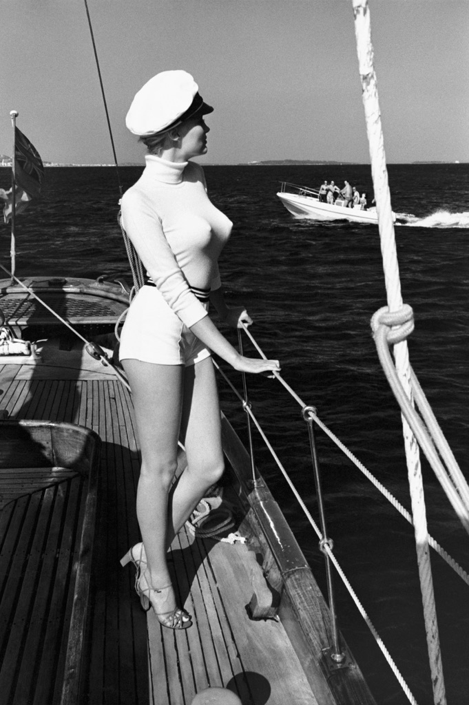 Helmut-Newton-Winnie-of-the-coast-of-Cannes-1975-dalla-serie-White-Women--Helmut-Newton-Estate